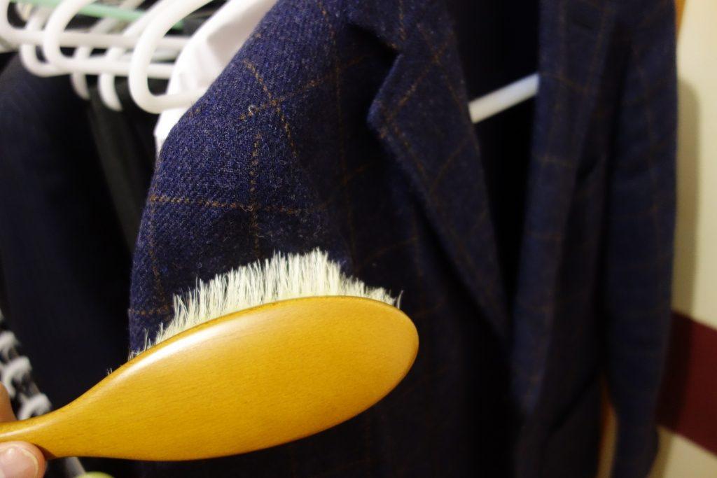 江戸屋ブラシでスーツをブラッシング