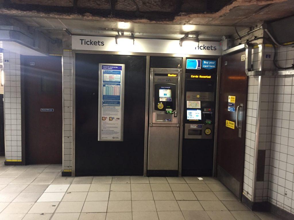 地下鉄駅のチケットターミナル