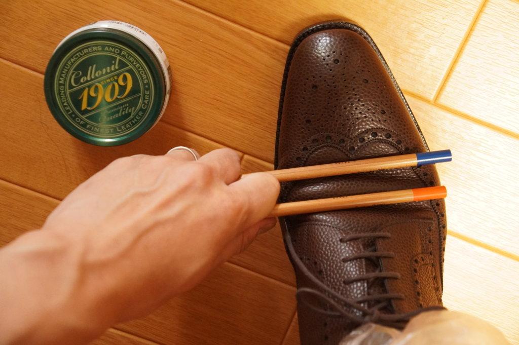 ペンを使った革靴の皺入れ