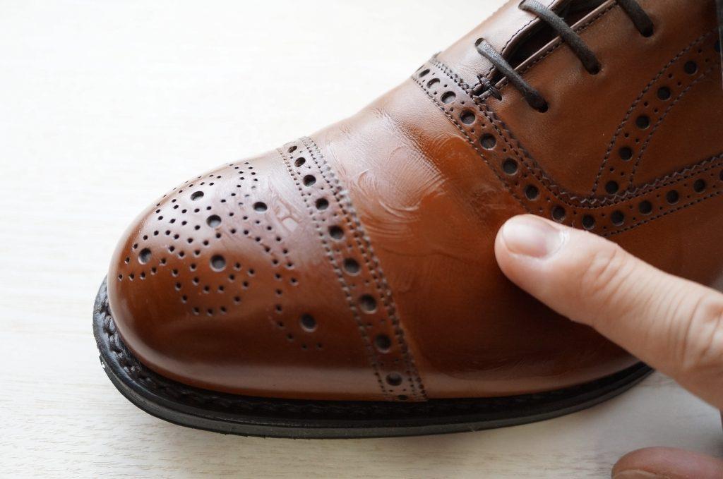 ライトブラウンの靴とデリケートクリーム
