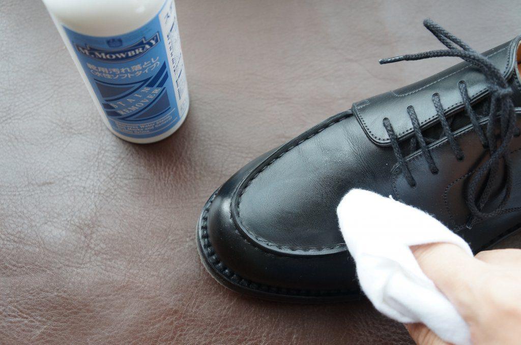ステインリムーバーで革靴を拭く