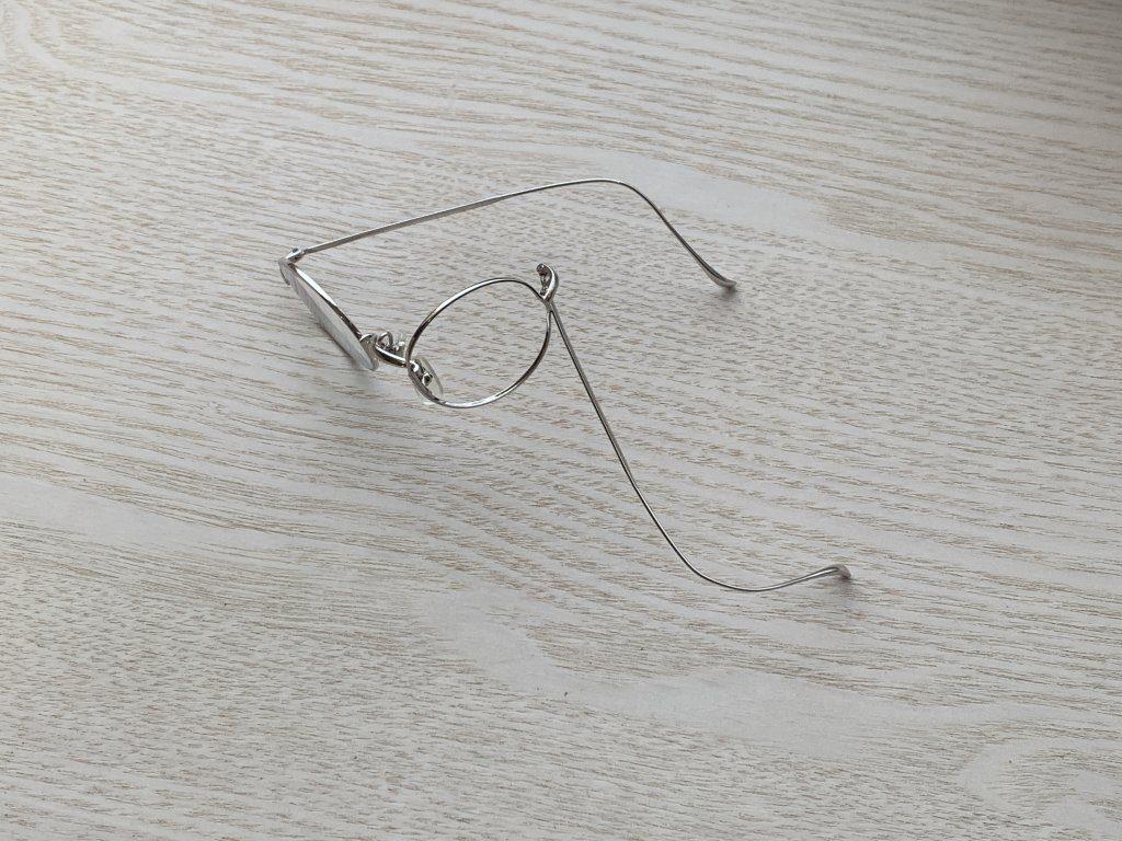 壊れた金子眼鏡