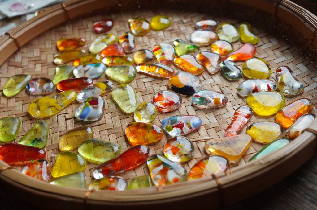 ニーウンペツガラス美術研究所の手作りおはじき