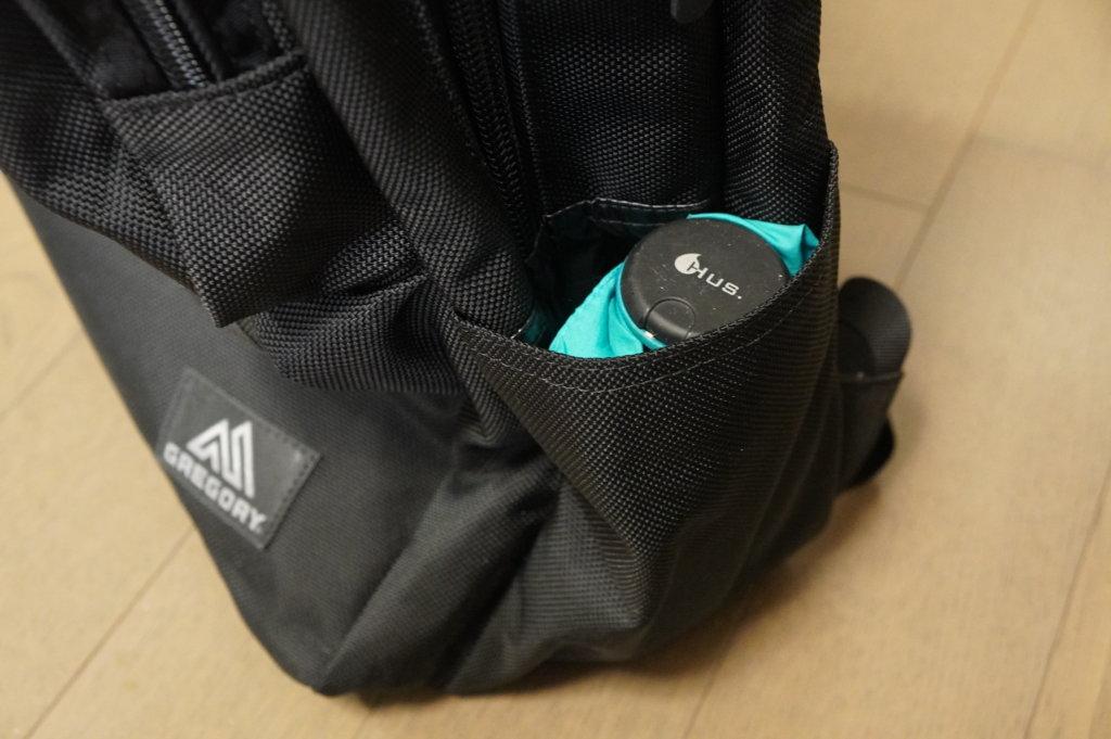 グレゴリー カバートミッションデイ サイドポケットに折り畳み傘