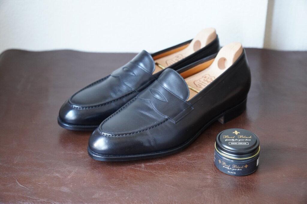 黒い革靴とブートブラック靴クリーム