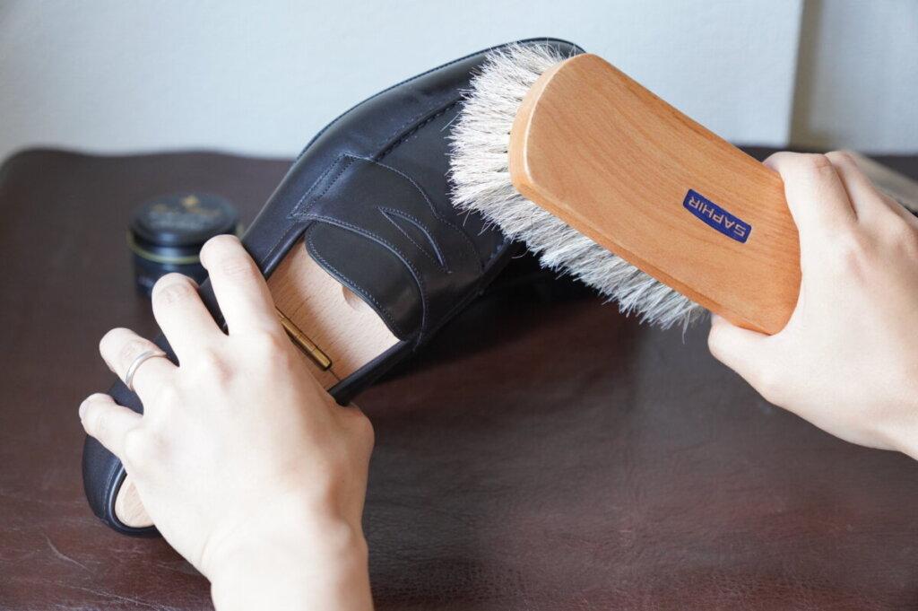手順1 革靴をブラッシングする