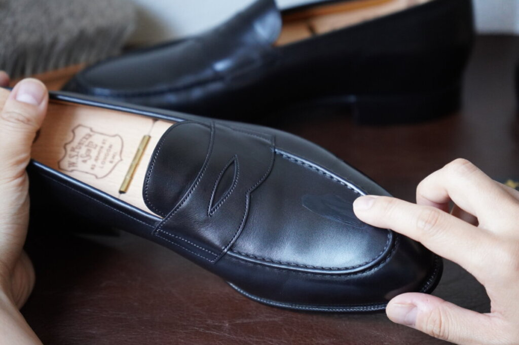 Bootblackの靴クリームを指で塗りこむ