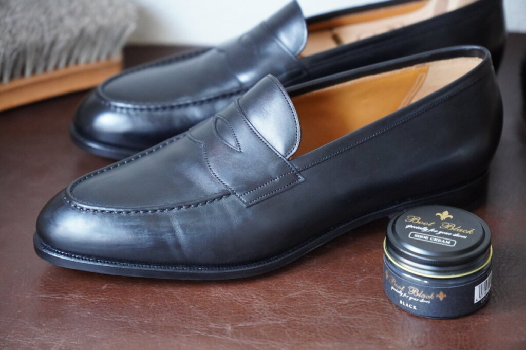 革靴に靴クリームが浸透するのを待つ