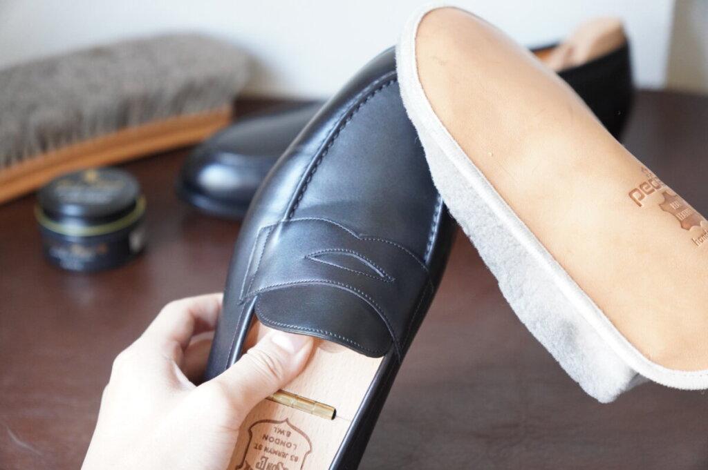 革靴をバフィングする