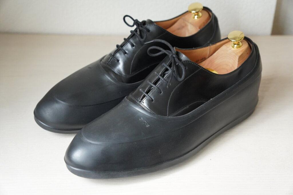 ガロッシュをボックスカーフの革靴に装着する