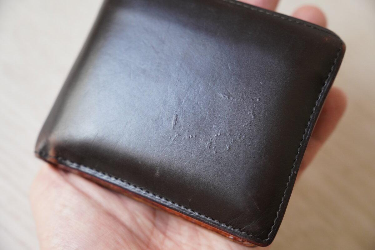 銀浮きした革財布
