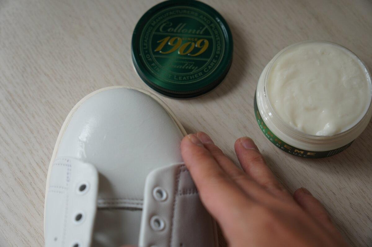 スニーカーにレザークリームを塗り込む