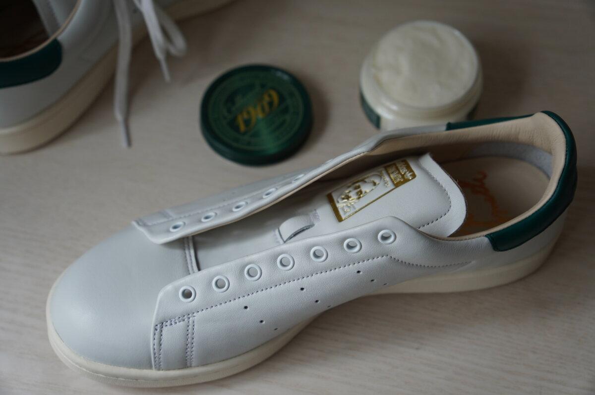 レザースニーカーに靴クリームを浸透させる