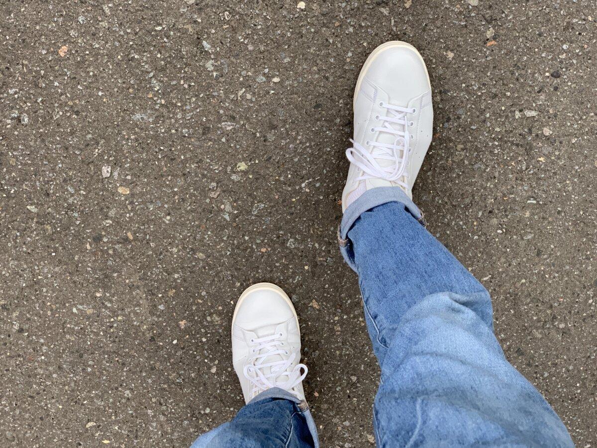 プレメンテしたスニーカーで歩く。