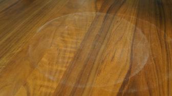 白い跡が付いた木製テーブルにはオリーブオイルが効果的!【大掃除の裏技】